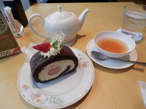 苺のショコラロールケーキ